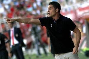 El-entrenador-del-Almeria-Fran_54390659961_54115221154_600_396