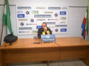 Torres en rueda de prensa (foto twitter Linares Deportivo)