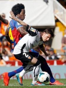 Piatti (der.) y Carlos Sánchez (izq.) disputan un balón en Mestalla. FOTO: LEVANTE-EMV