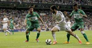 Isco intenta marcharse de dos defensas del Elche