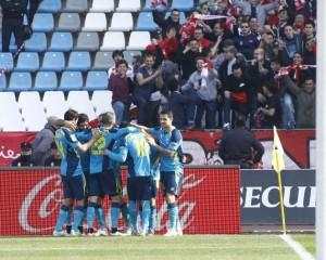 Los jugadores del Sevilla celebran un gol ante su afición desplaza a Almería