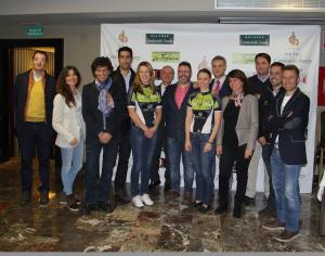Foto de familia de los patrocinadores junto a Sandra Backman y Helen Nilsson