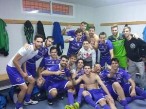 Foto: Los jugadores del Torredelcampo celebran su liderato