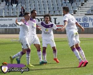 Jugadores blancos celebran un gol de Villa