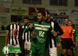 Linares es agarrado por un jugador pacense